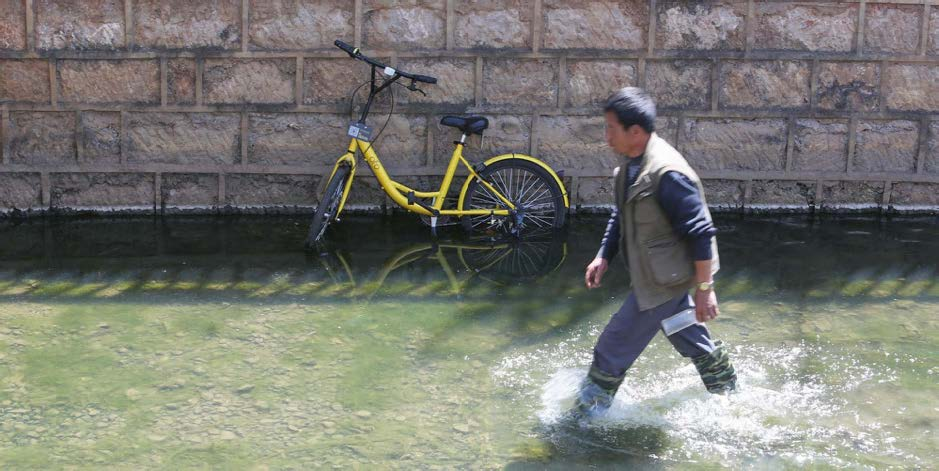 (Image: An Ofo shared bicycle lies in a river in Kunming, Yunnan province, March 24, 2017.IC.)